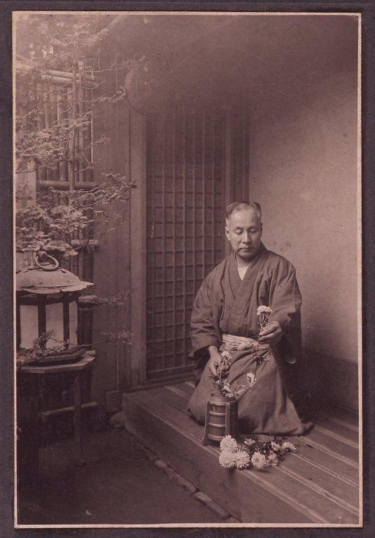 川村清雄肖像(千駄ヶ谷の自邸で花を生ける)