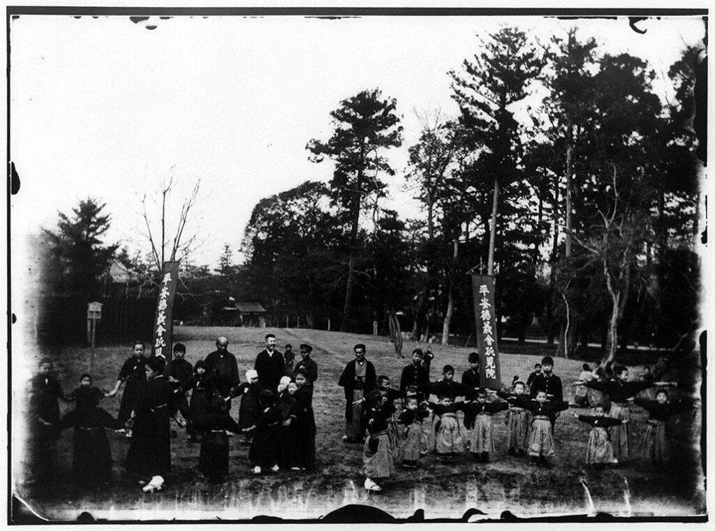 作品画像:円山で遊戯をする平安徳義会孤児院生