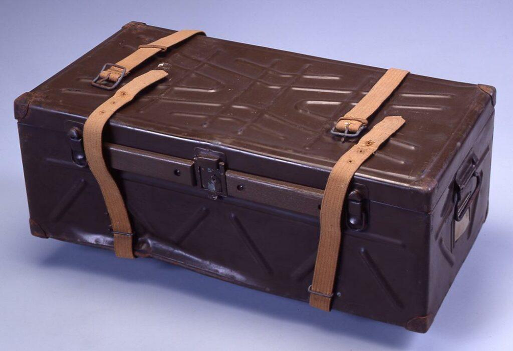 作品画像:軍隊行李(鉄製・士官用)