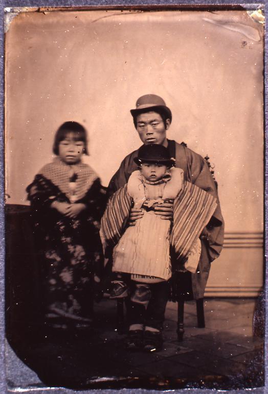 作品画像:男性と子供2人
