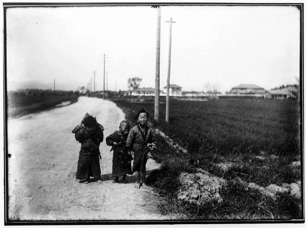 作品画像:水田沿いの道に立つ子供たち
