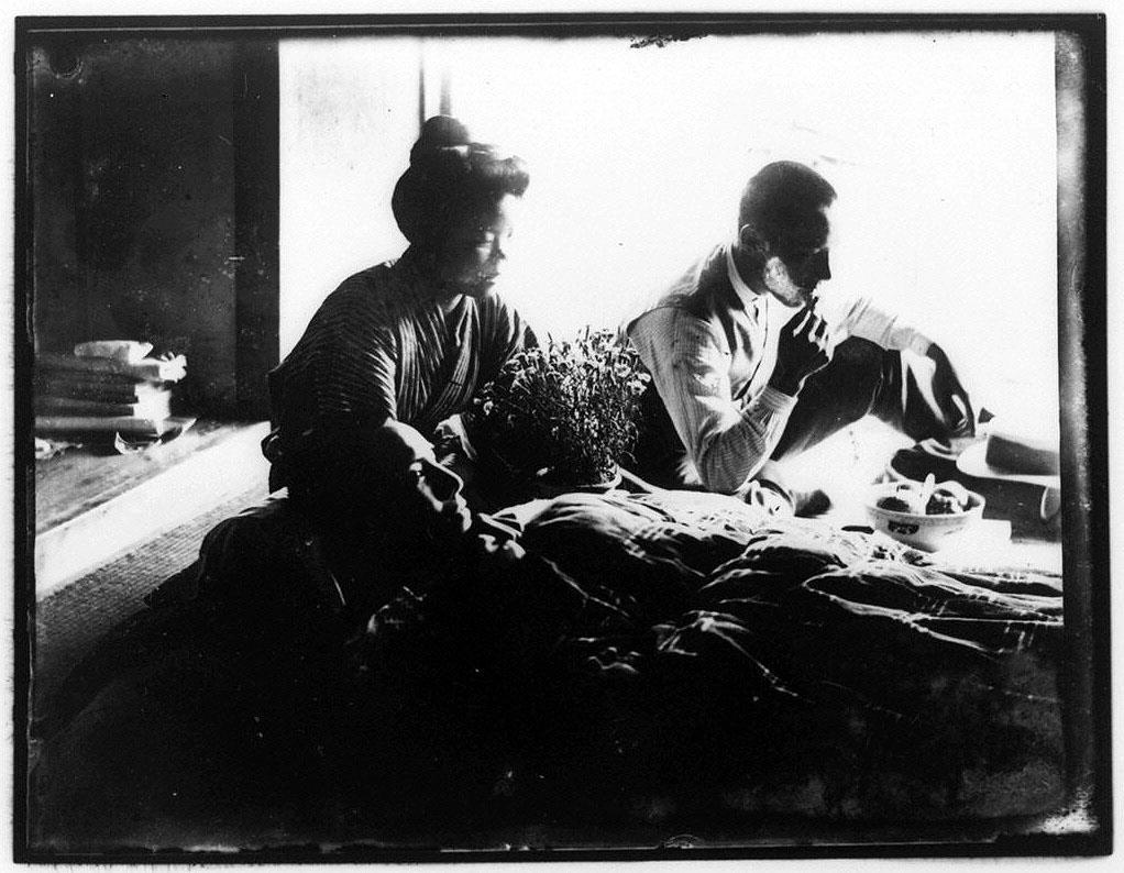 作品画像:横たわる男性と男女