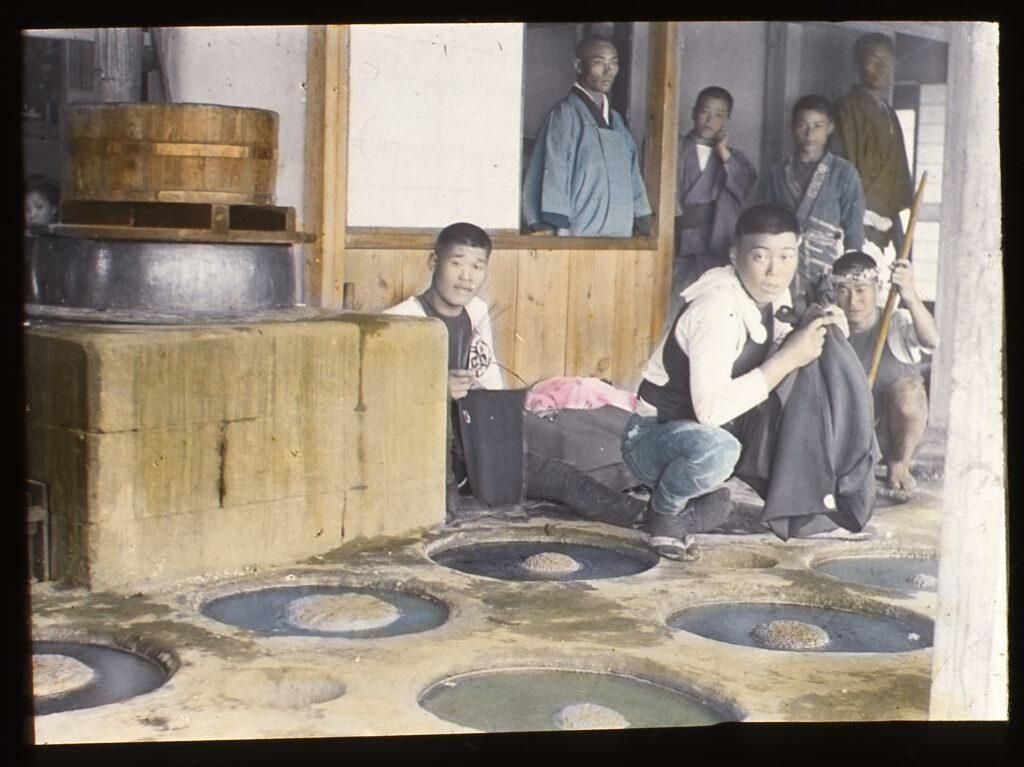 作品画像:藍釜と藍染職人たち
