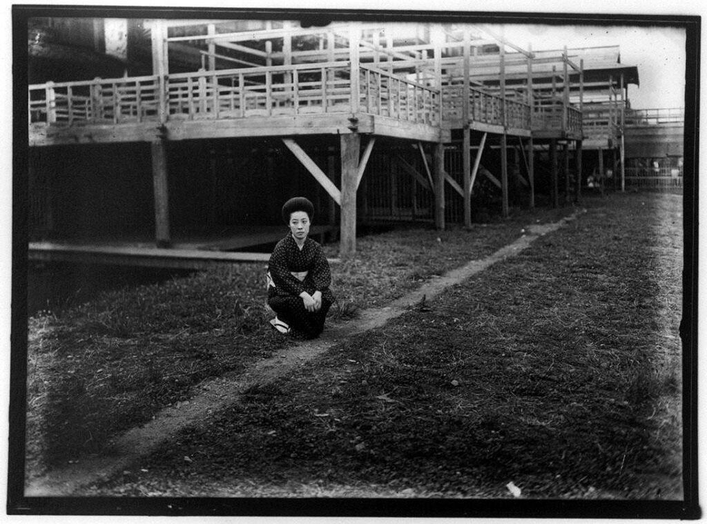作品画像:川床の涼み台の下の女性