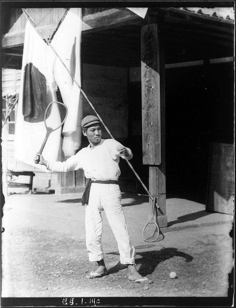 作品画像:テニスラケットを持つ青年