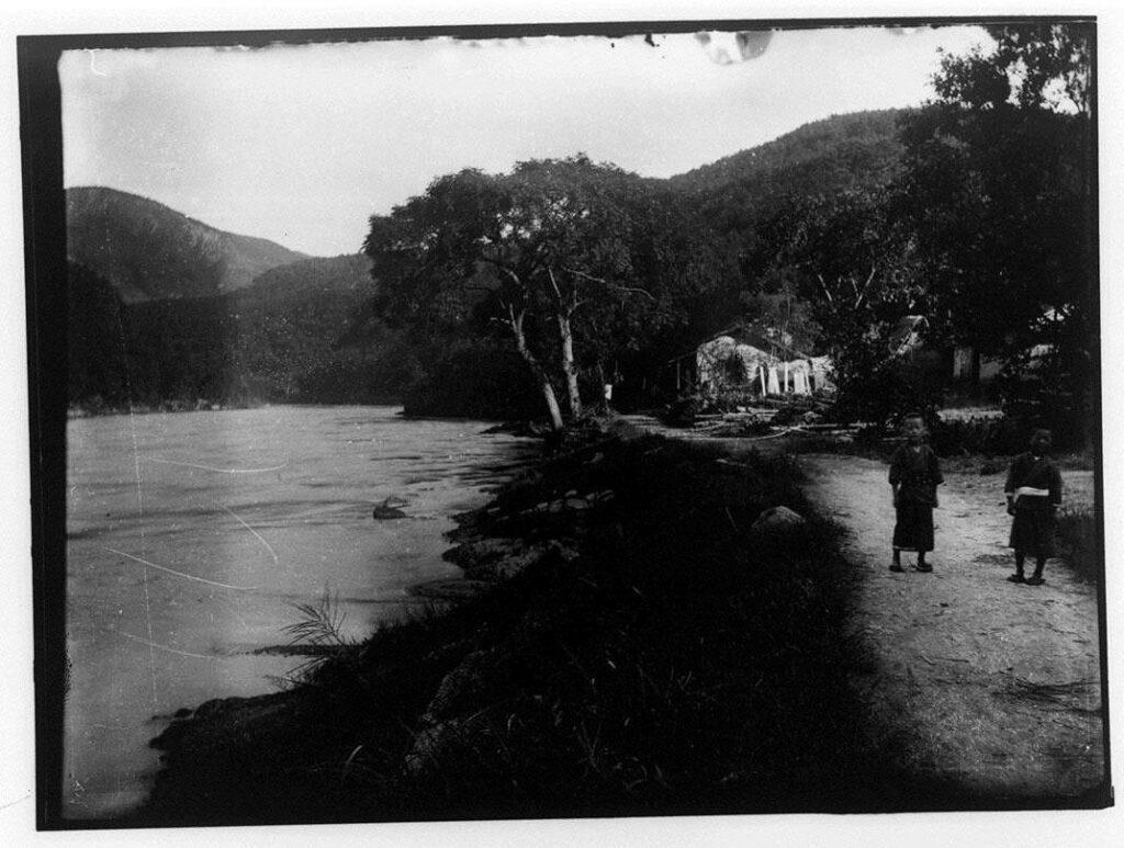 作品画像:川沿いの道の子供2人