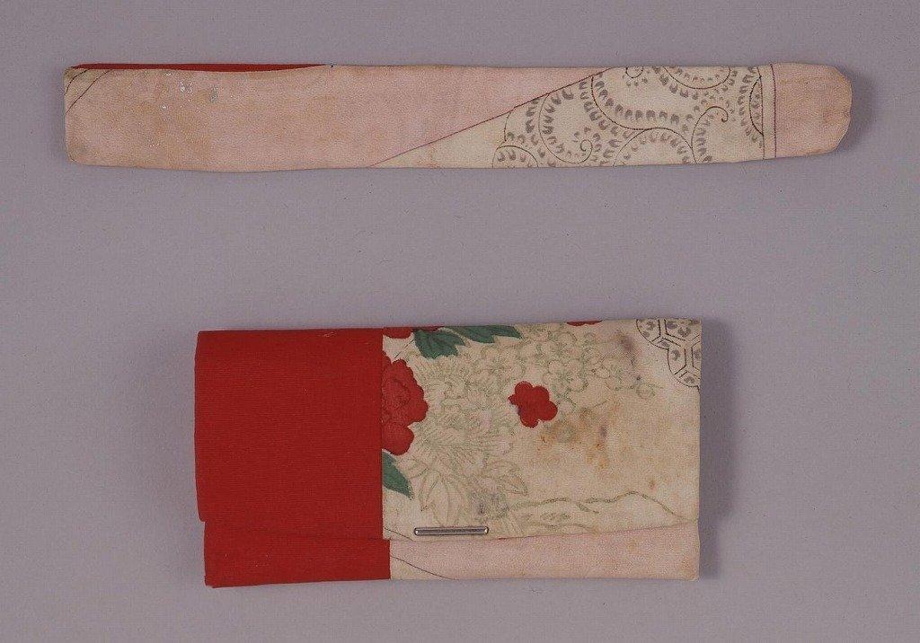 作品画像:紅に牡丹文合せ懐中たばこ入れ