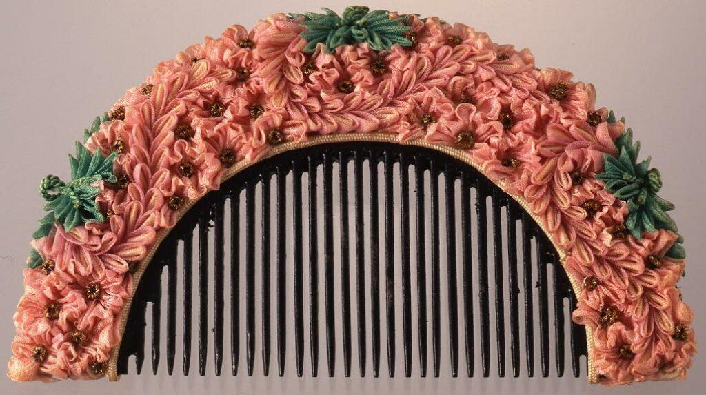 作品画像:木台縮緬花飾櫛