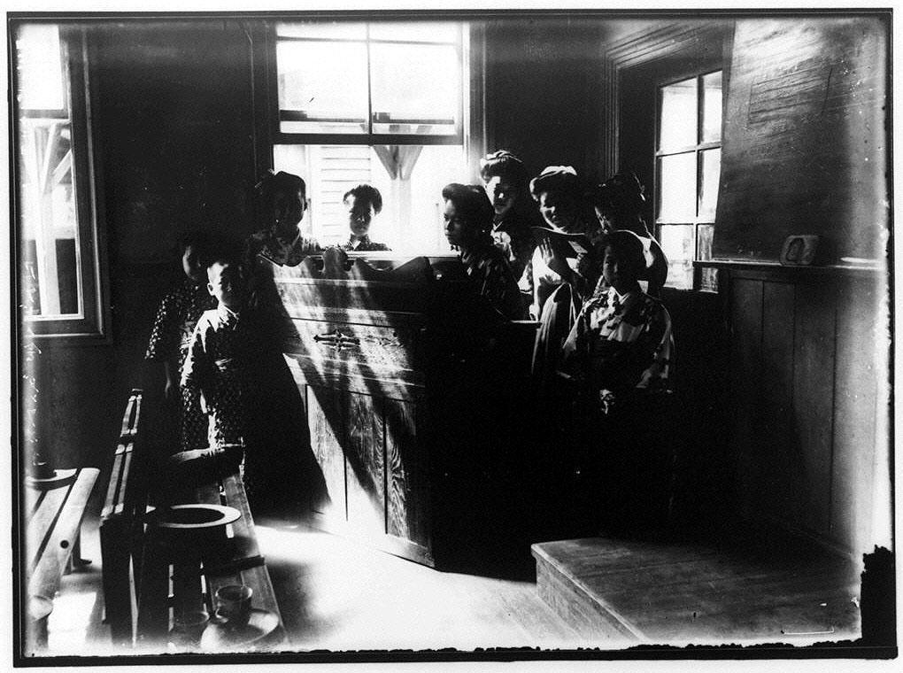 作品画像:オルガン演奏を囲む子供たち