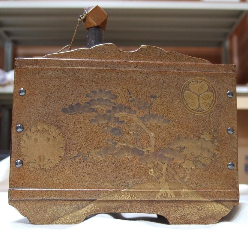 作品画像:梨子地梅樹葵牡丹紋散雛道具指樽