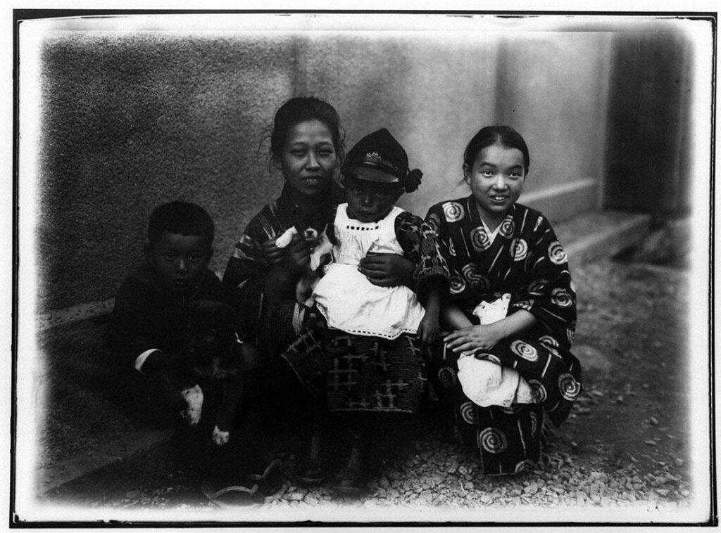 作品画像:女性と3人の子供と小犬