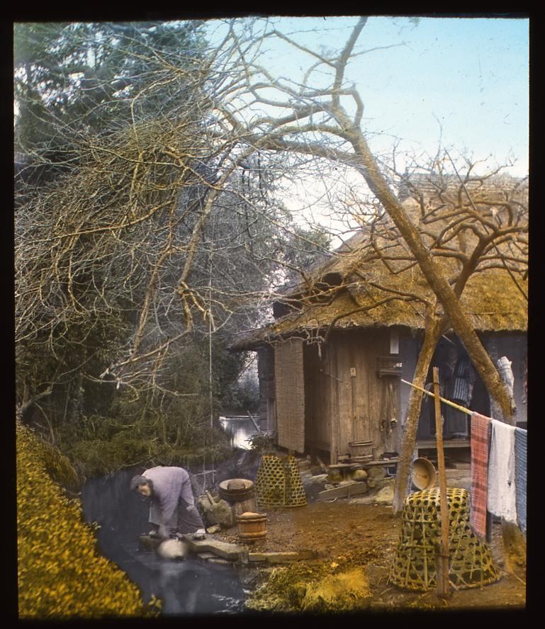 作品画像:山中の家と川辺で水を汲む女性