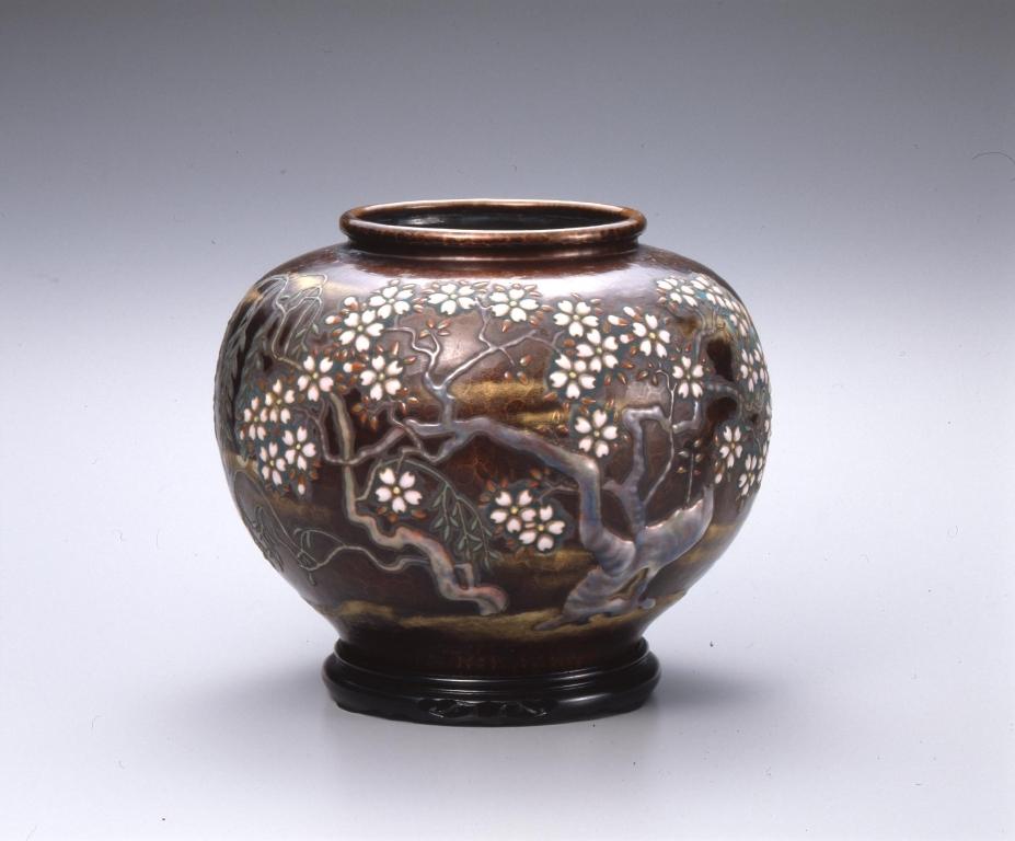 作品画像:帝都復興完成記念 鎚起七宝花瓶「都の春」