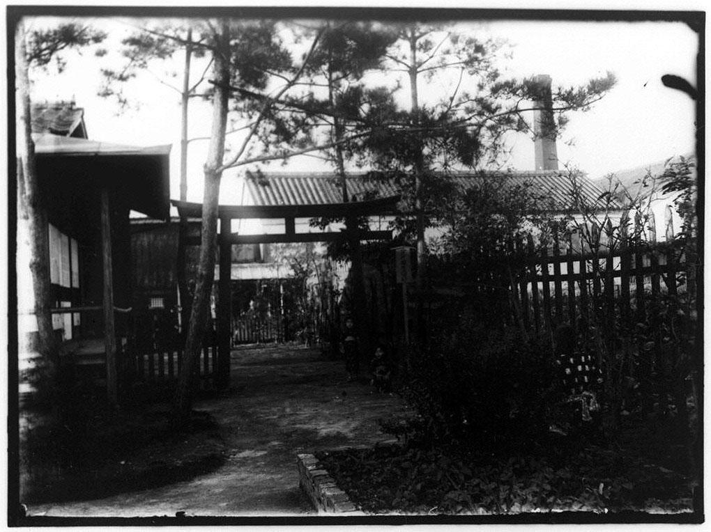作品画像:八束穂稲荷大明神鳥居と子供たち