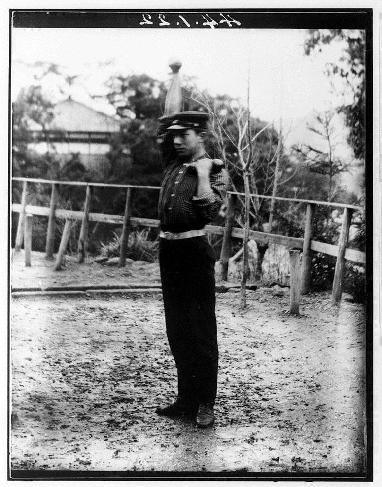 作品画像:鉄アレーをする男性