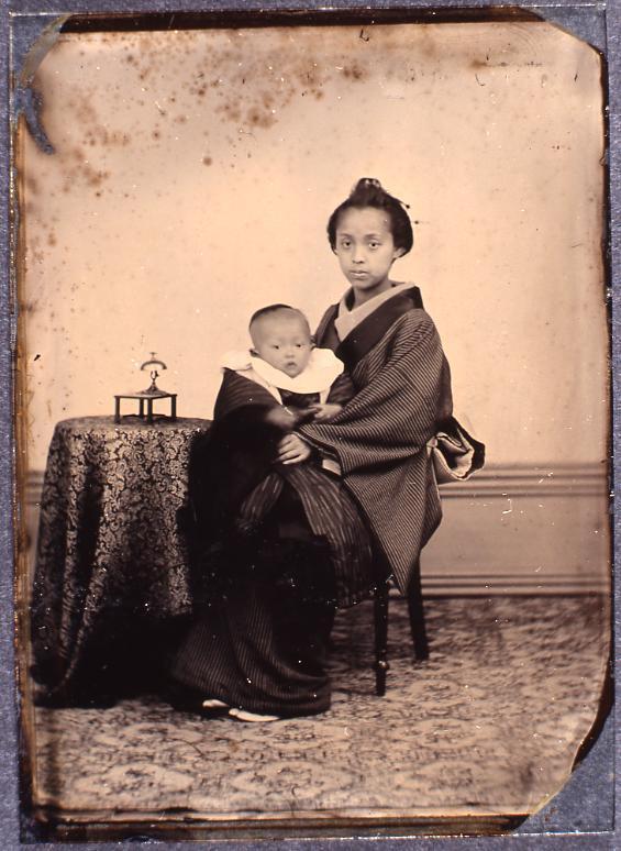 作品画像:赤ん坊を抱く女性