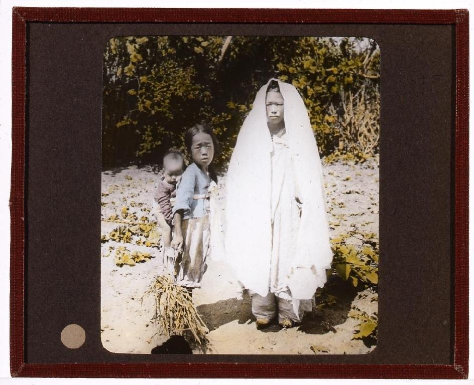 作品画像:纏足の娘と子供