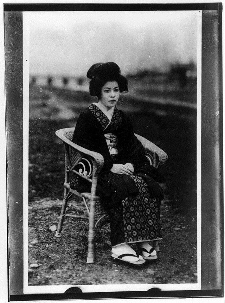 作品画像:籐椅子に座る芸者