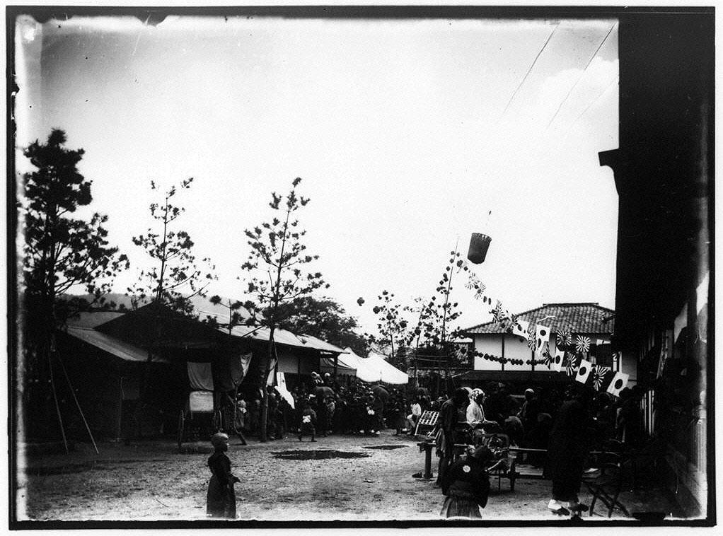 日章旗と提灯で飾られた平安徳義会孤児院