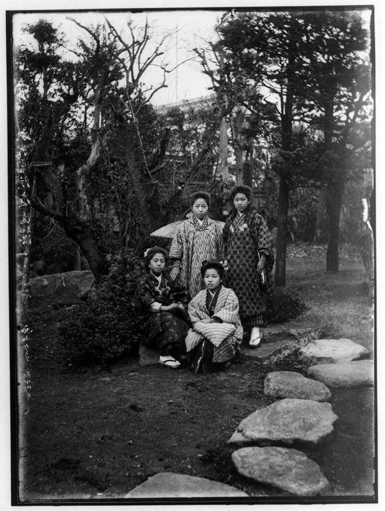 作品画像:大雲院庭園の女性4人