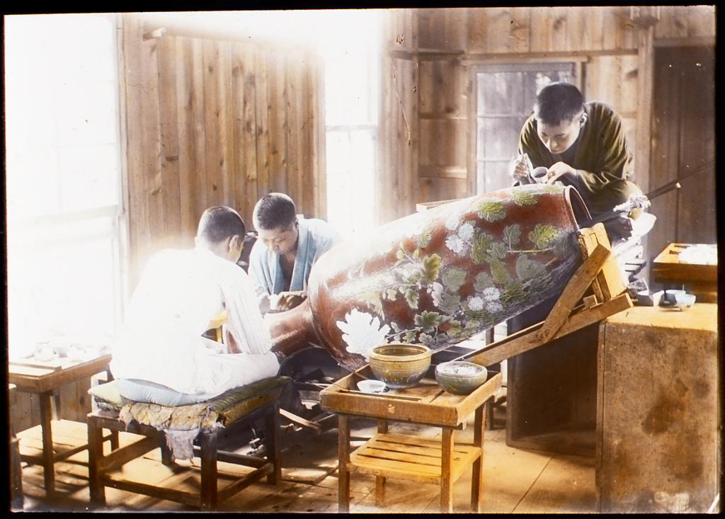 作品画像:壺に絵付けをする職人