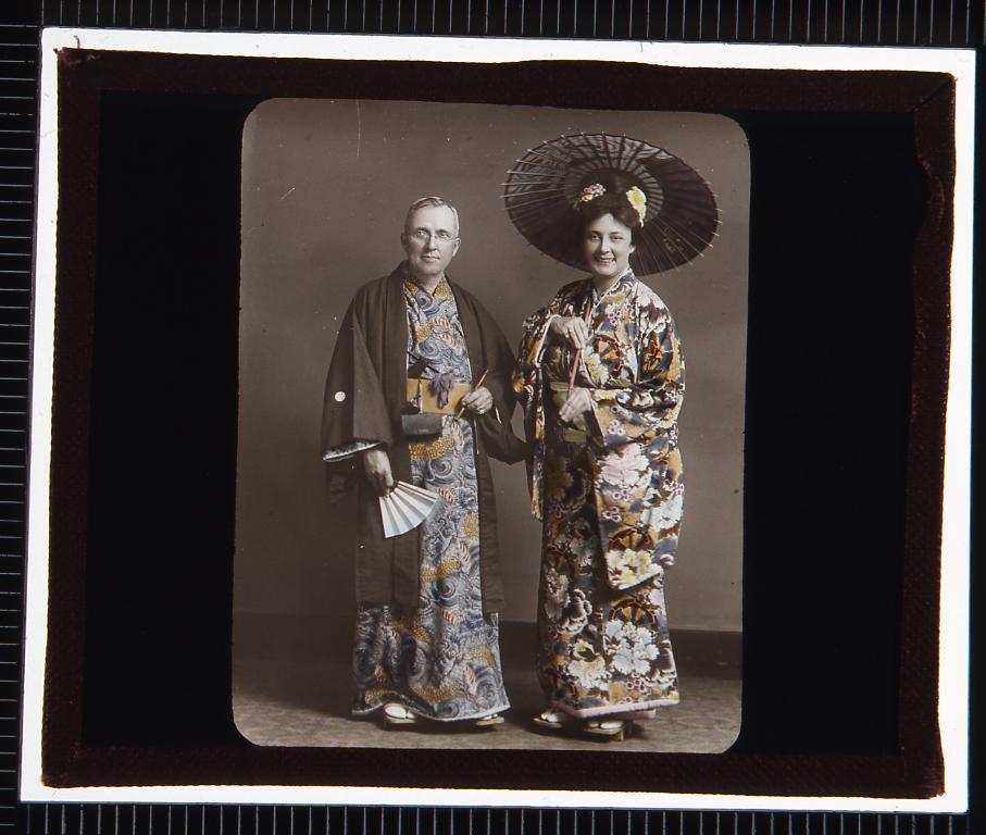 作品画像:着物姿の西洋人男女(幻燈原板)