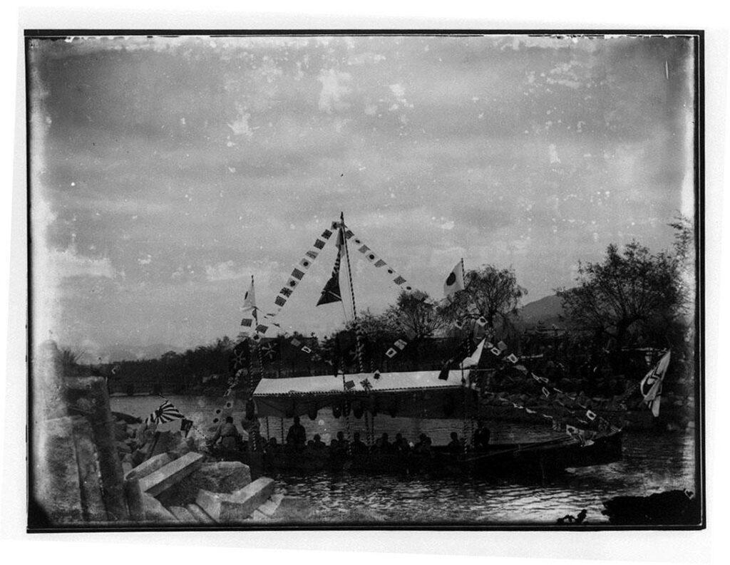 作品画像:河川上の船
