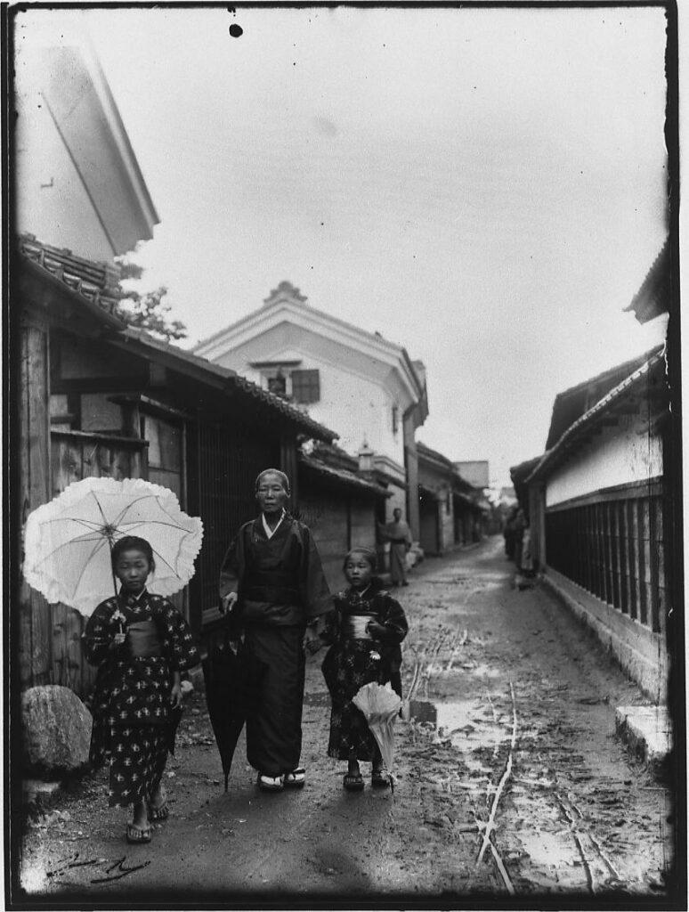 洋傘を持つ少女と老婆