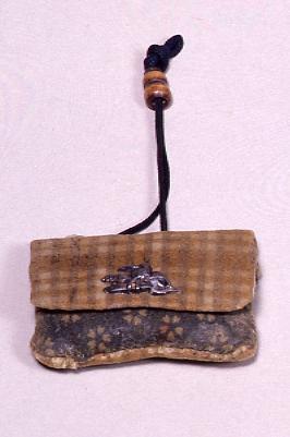 作品画像:格子縞染菖蒲革火打袋並びに火打金