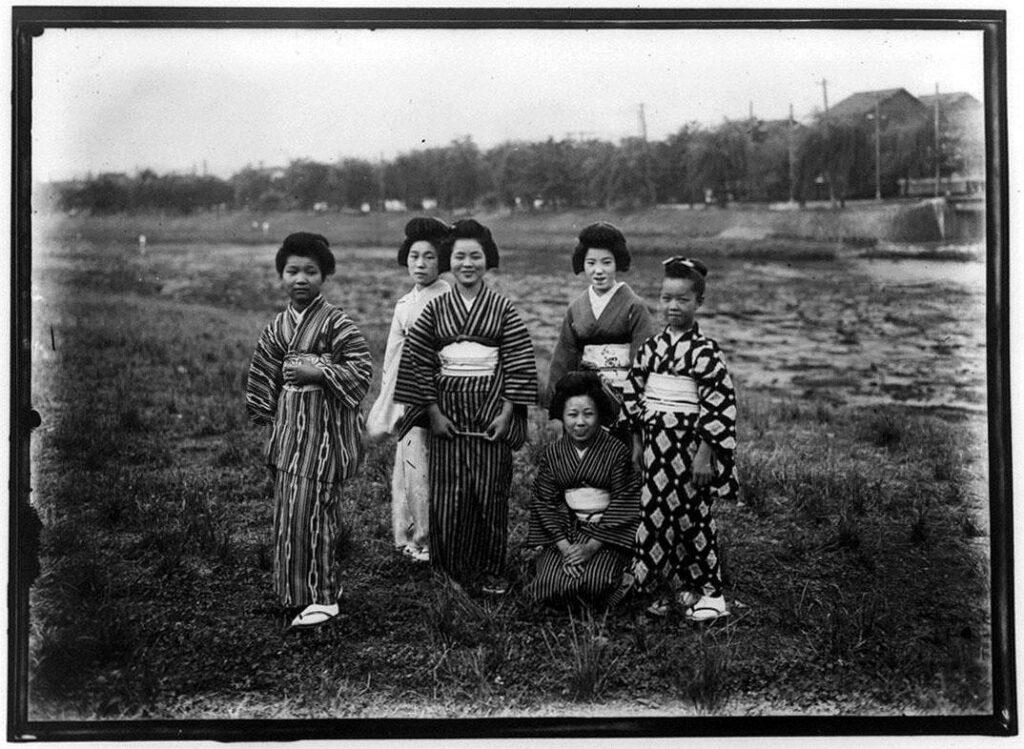 作品画像:草原の6人の女性