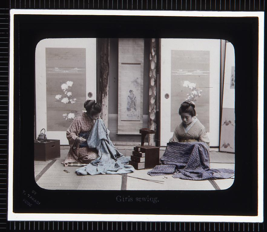 作品画像:縫いものをする女性(幻灯原板)