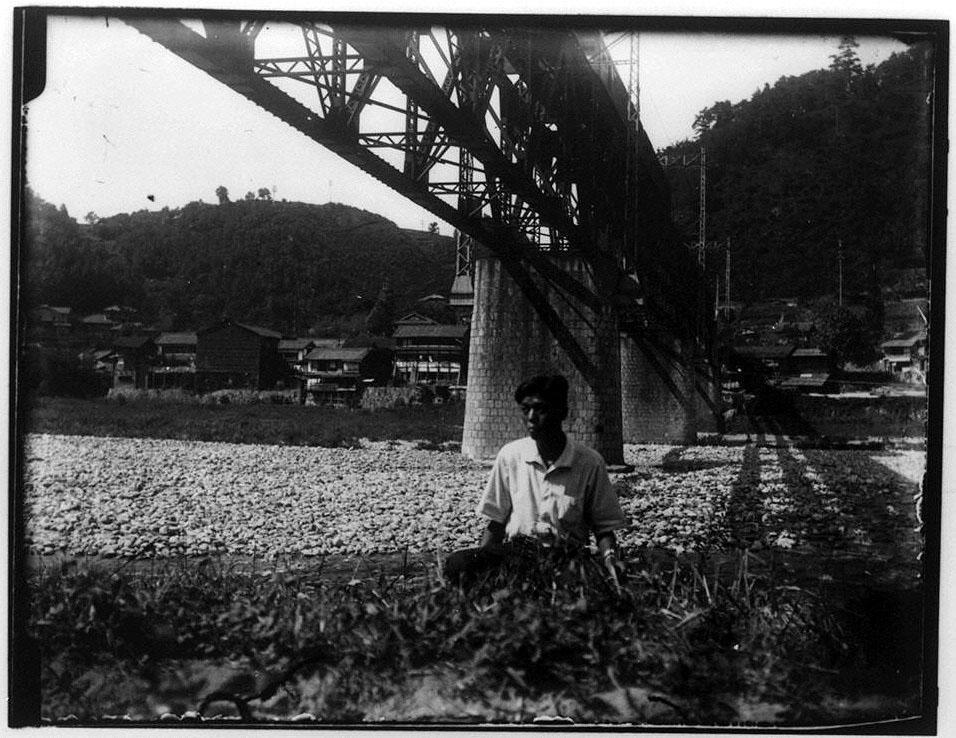 作品画像:橋の下の河原に座る男性