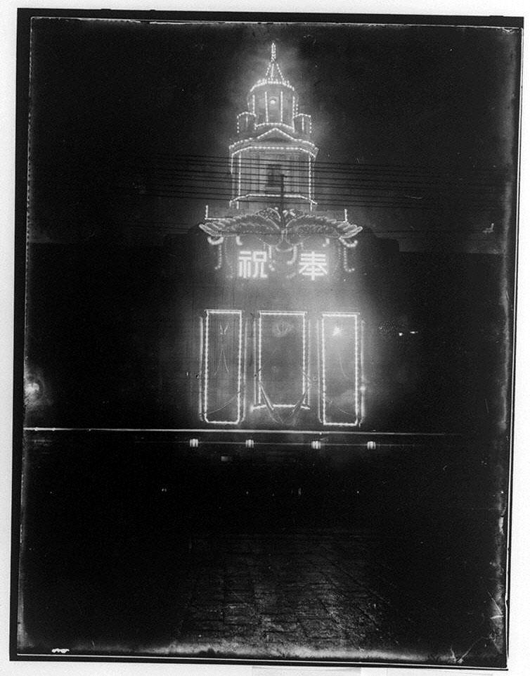 作品画像:「奉祝」のネオンに飾られた洋風建造物