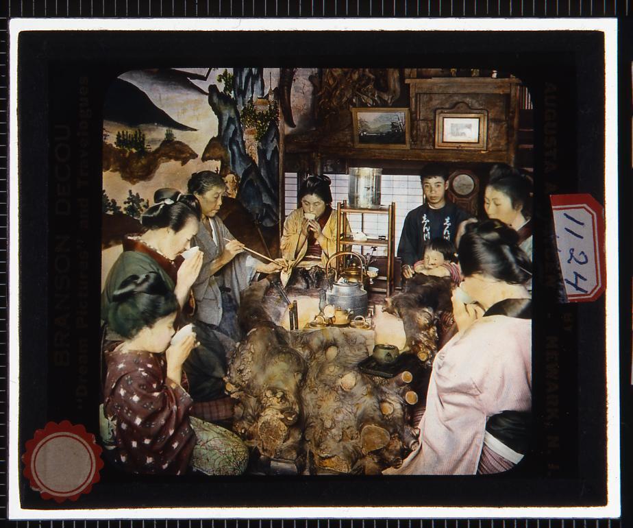 作品画像:火鉢を囲んで茶を飲む人々(幻燈原板)