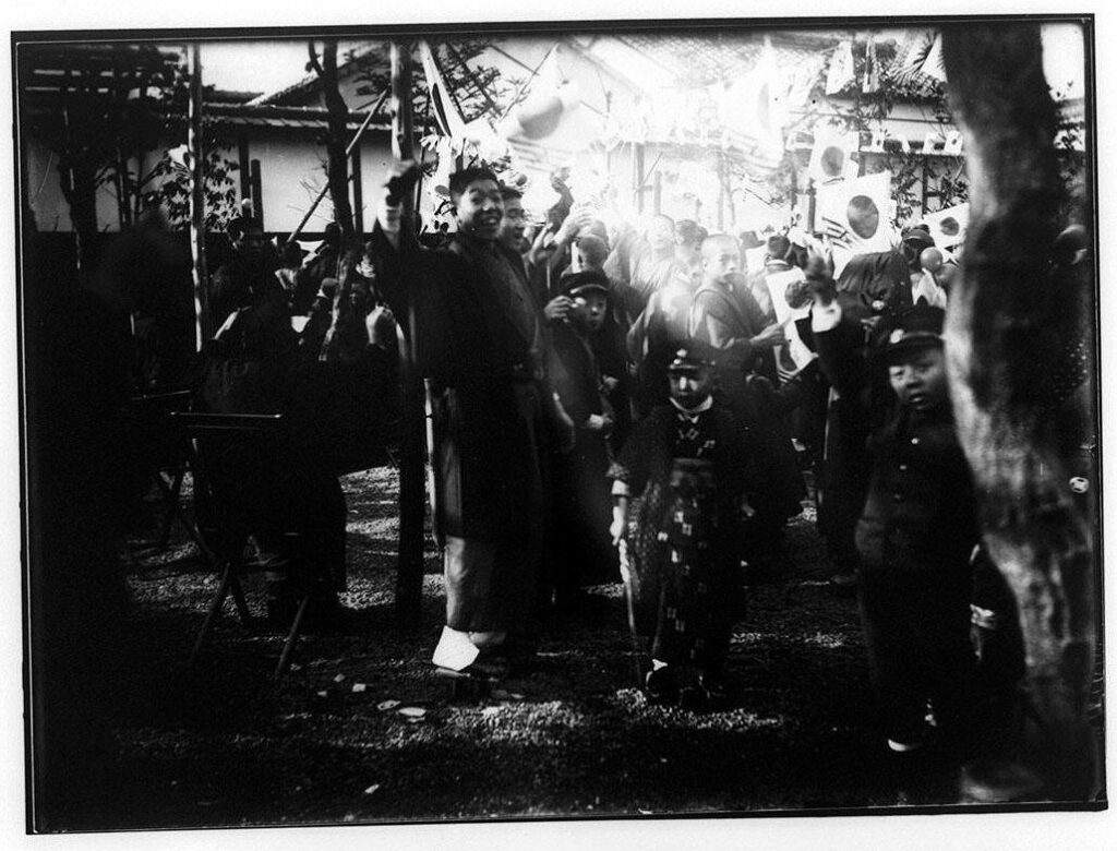 作品画像:日章旗を振る子供たち