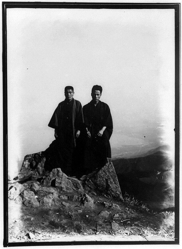 作品画像:岩の上の2人の男性
