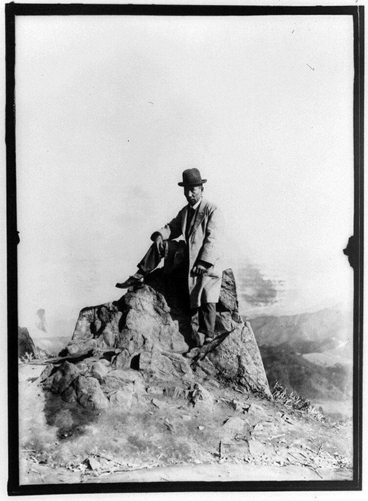 作品画像:岩の上の男性