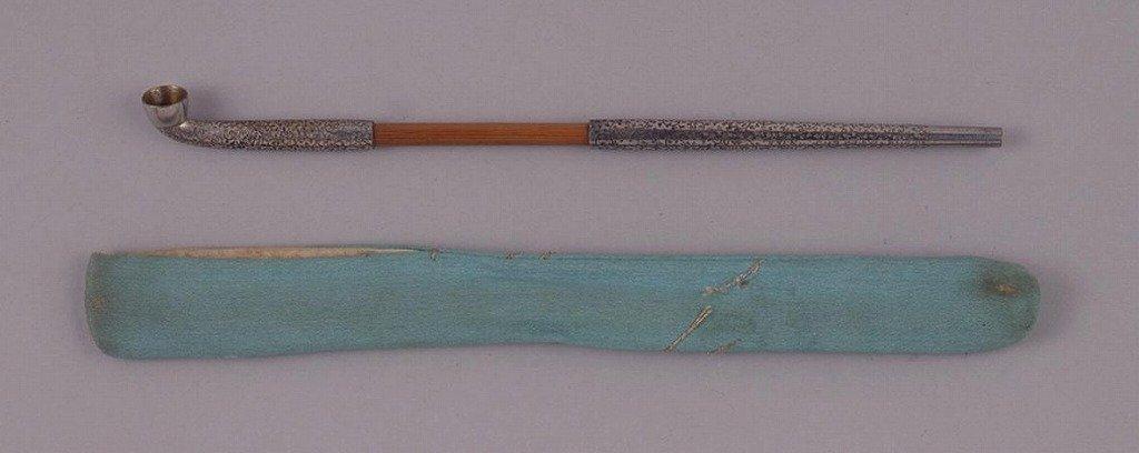 作品画像:薄藍地縮緬煙管筒並びに煙管