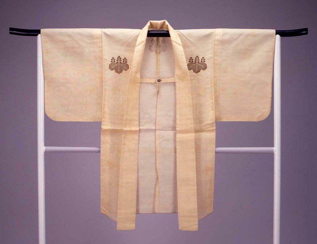 作品画像:白絽地桐紋入火事装束