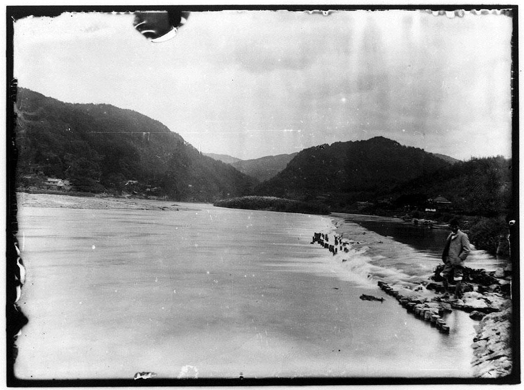作品画像:水辺に立つ男性