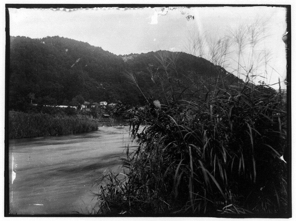 作品画像:河原と山
