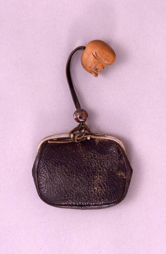 作品画像:桟留革ガマ口型一つ提げたばこ入れ