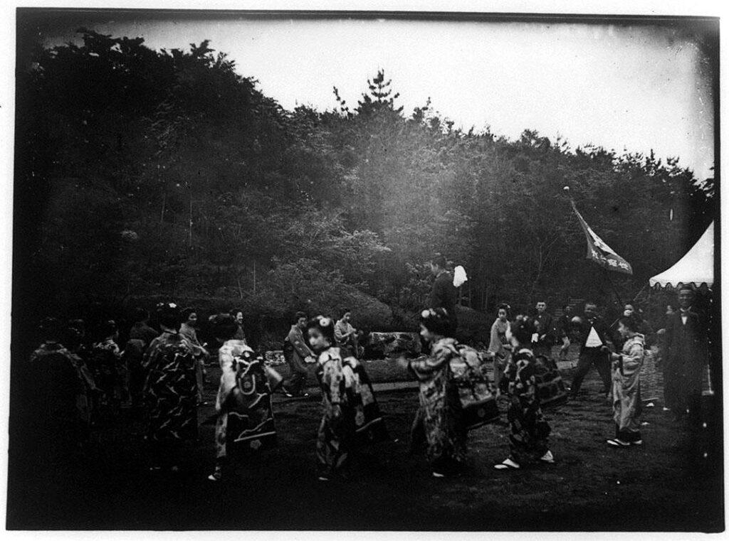 作品画像:舞子たちの屋外での踊り