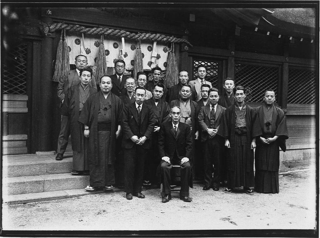 作品画像:神社での集合記念写真