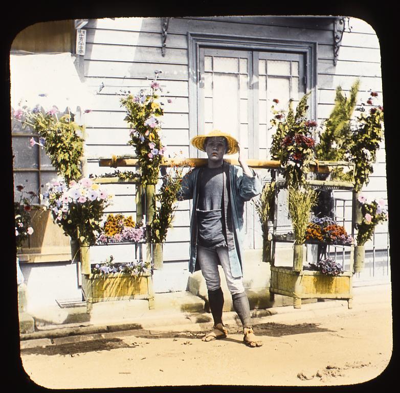 作品画像:洋館の前の花売り