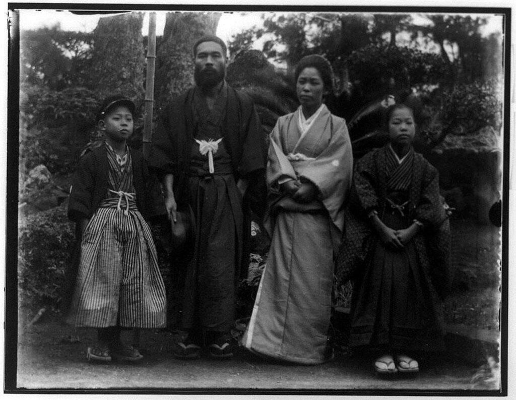 作品画像:4人の男女記念写真