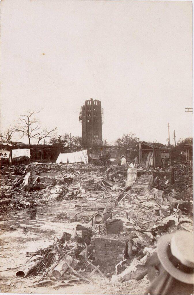 作品画像:震災で焼けて半分残った凌雲閣(十二階)