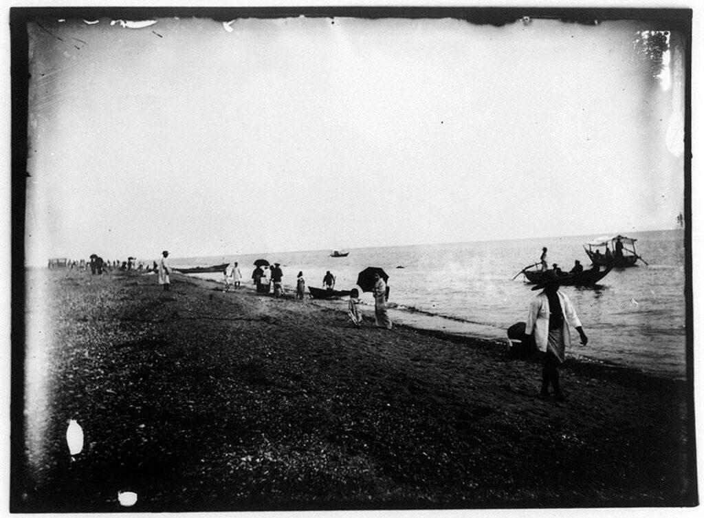 作品画像:海辺で遊ぶ人々