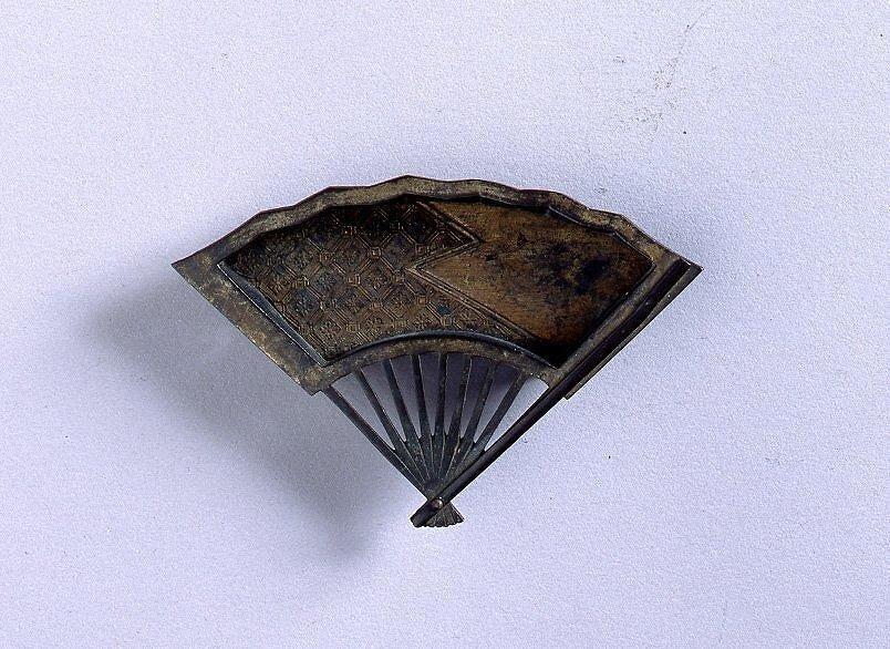 作品画像:襖用引手(銅製扇面型)