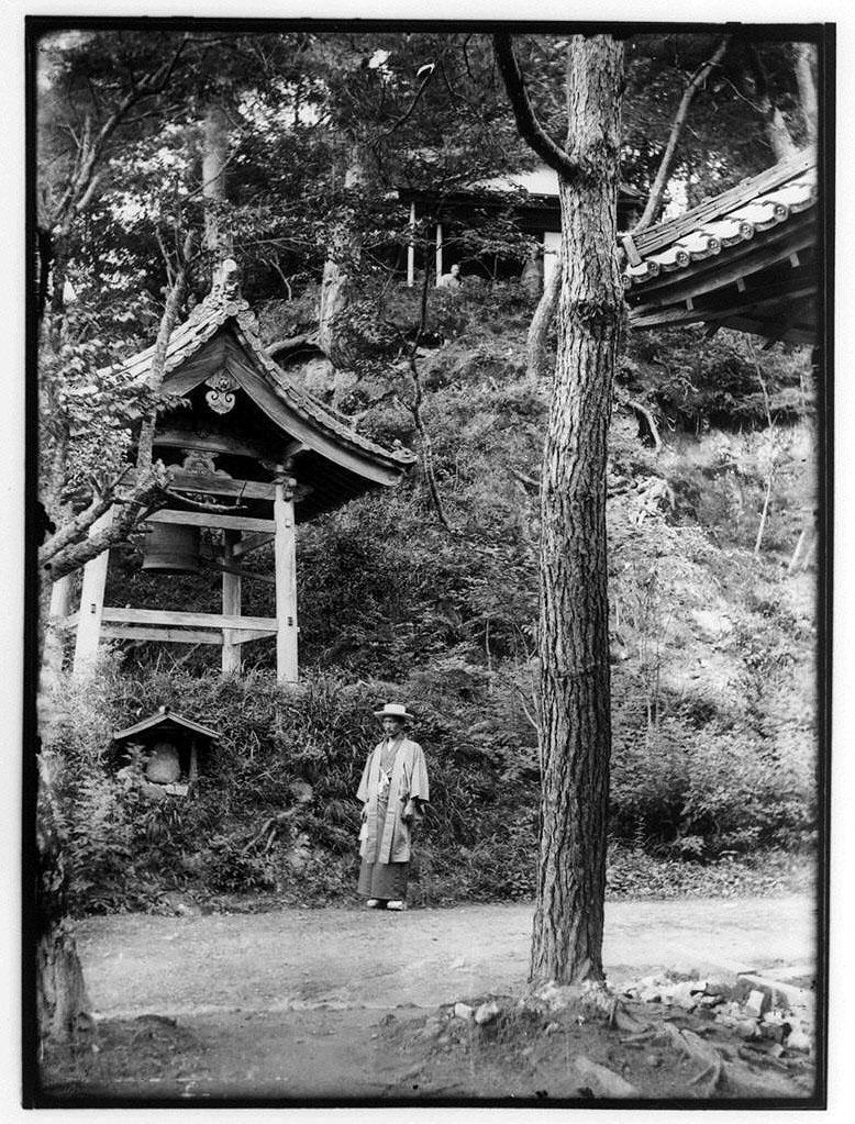作品画像:釣鐘堂と男性